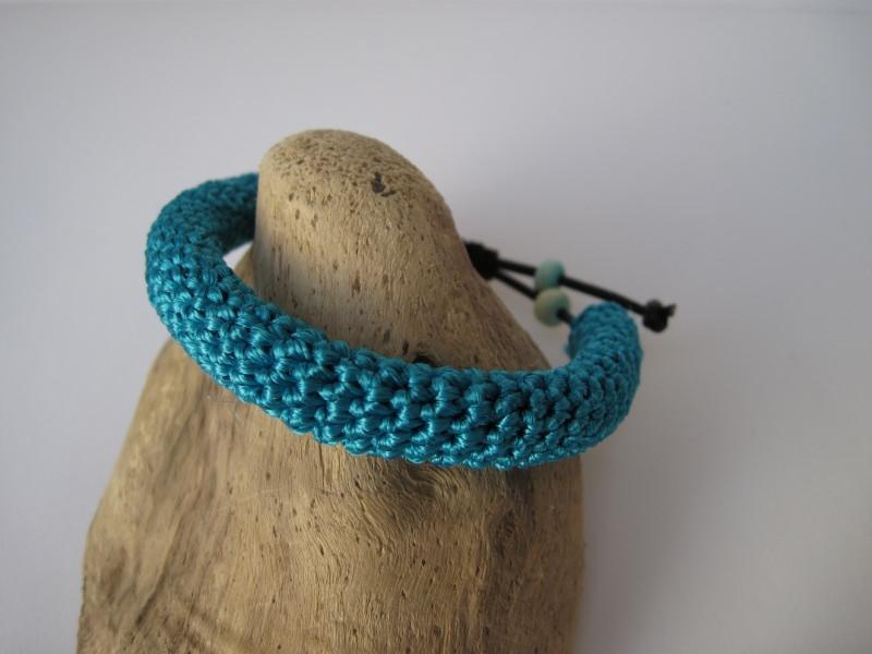 Kleinesbild - Türkises Häkelarmband mit Holzperlen, Armband, Textilschmuck