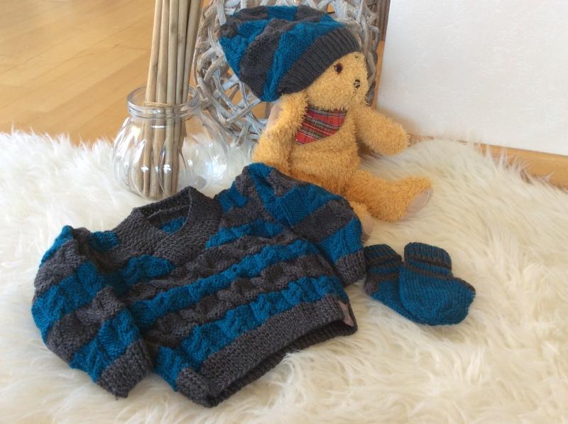 - Klassischer Jungenpulli mit Mützchen und Socken - Klassischer Jungenpulli mit Mützchen und Socken