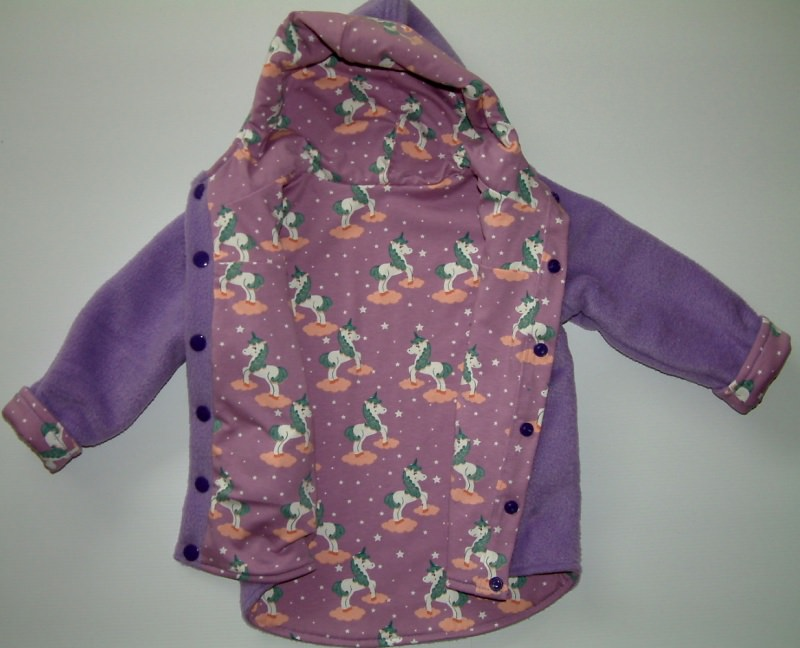 Kleinesbild - Weiche, warme Fleecejacke mit süßem Einhornstoff für Kleinkinder, auch  zum Wenden.