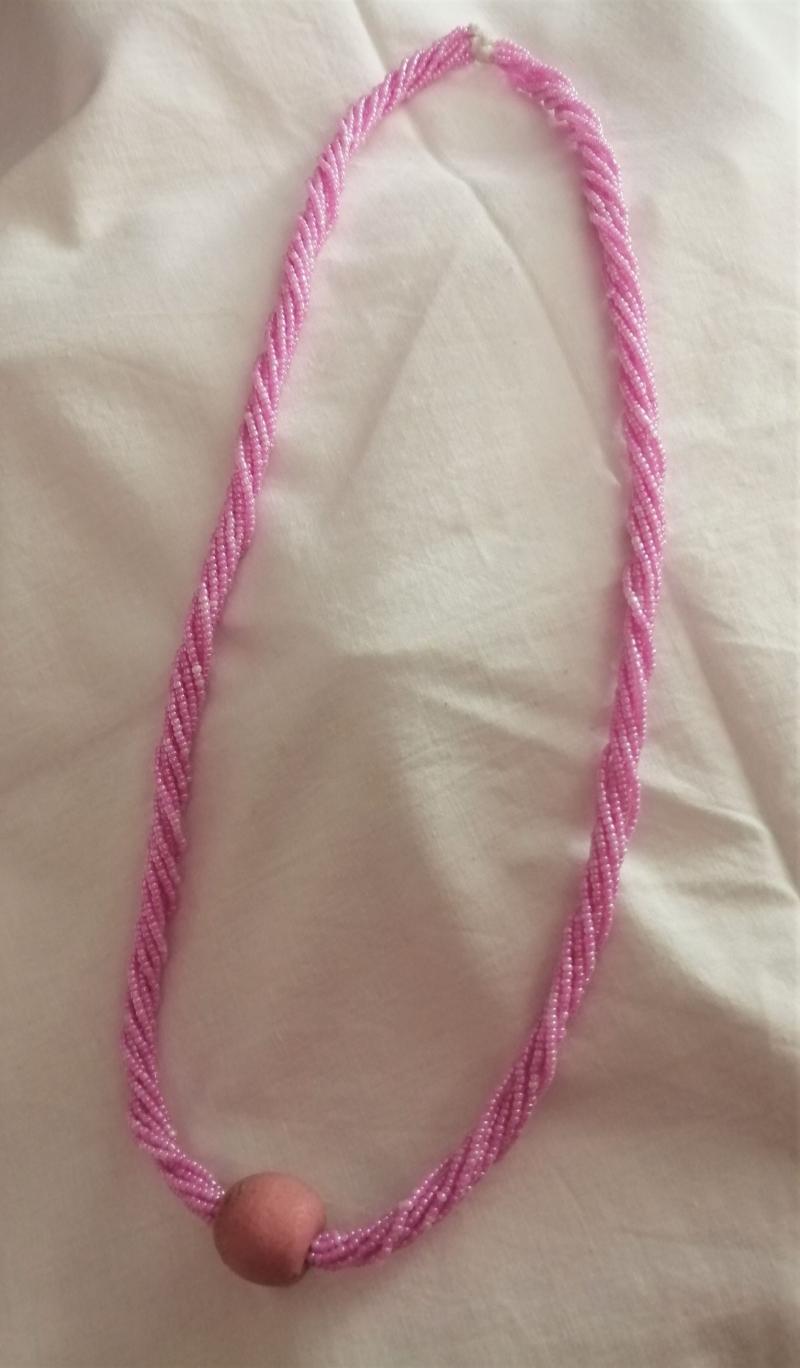 - Wunderschöne lange Kette in Rosa, handgefertigt aus Ghana - Wunderschöne lange Kette in Rosa, handgefertigt aus Ghana