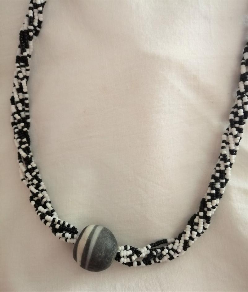 Kleinesbild - Wunderschöne lange Kette in Schwarz - Weiß, handgefertigt aus Ghana