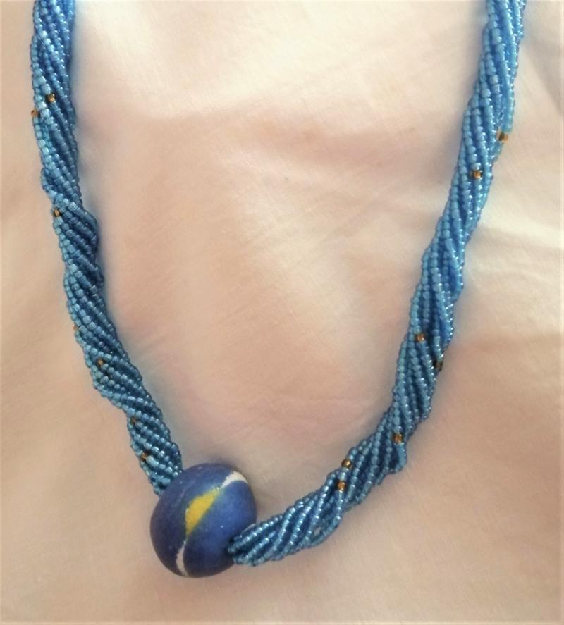Kleinesbild - Wunderschöne lange Kette in Himmelblau, handgefertigt aus Ghana