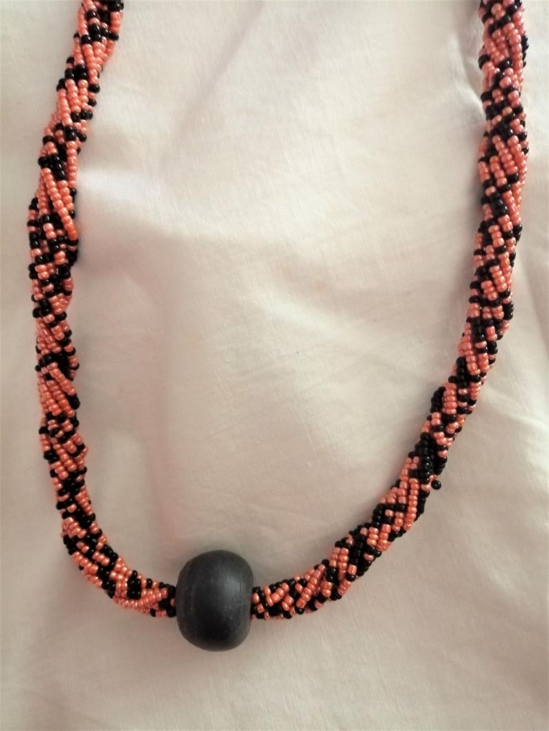 - Wunderschöne lange Kette in Schwarz und Orange, handgefertigt aus Ghana - Wunderschöne lange Kette in Schwarz und Orange, handgefertigt aus Ghana