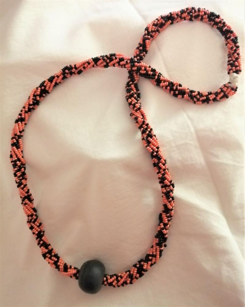 Kleinesbild - Wunderschöne lange Kette in Schwarz und Orange, handgefertigt aus Ghana