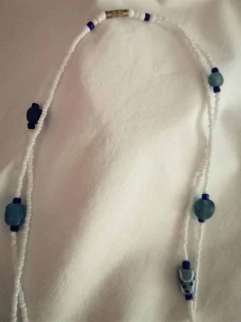 Kleinesbild - Tolle Kette- aus handgefertigten afrikanischen Glasperlen in Blautönen, handgefertigt