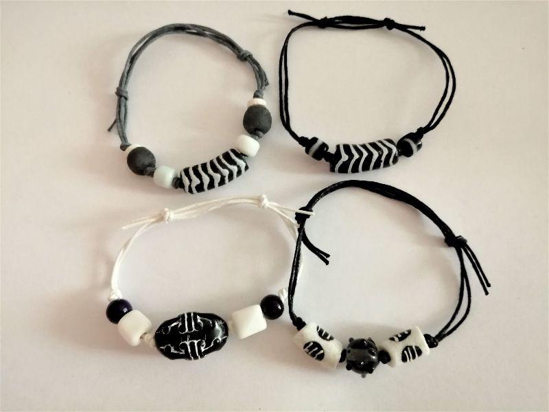 Kleinesbild - Tolle Armbänder aus handgefertigten afrikanischen Glasperlen in Schwarz und Weiss