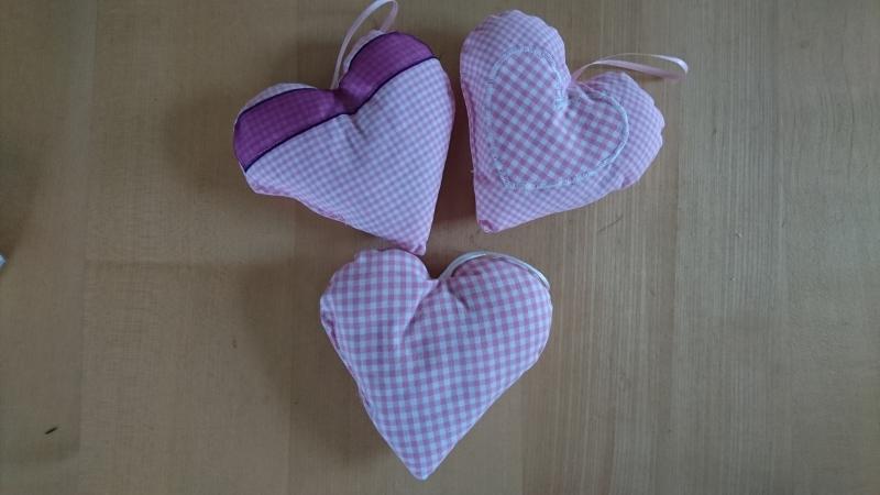 Kleinesbild - 3 tlg Aufhänger-Set Herz genäht aus Baumwollstoffen, rosa kariert, dezent mit Lavendel gefüllt - Valentinstag kaufen