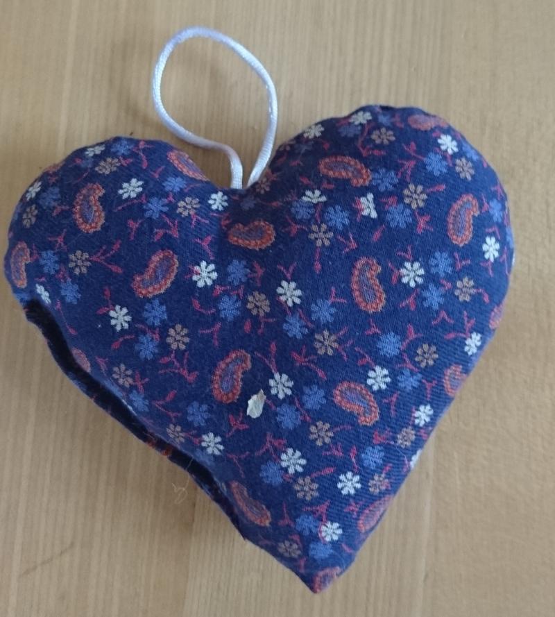Kleinesbild - Aufhänger Herz genäht aus Baumwollstoffen, lila, dezent mit Lavendel gefüllt - Valentinstag kaufen