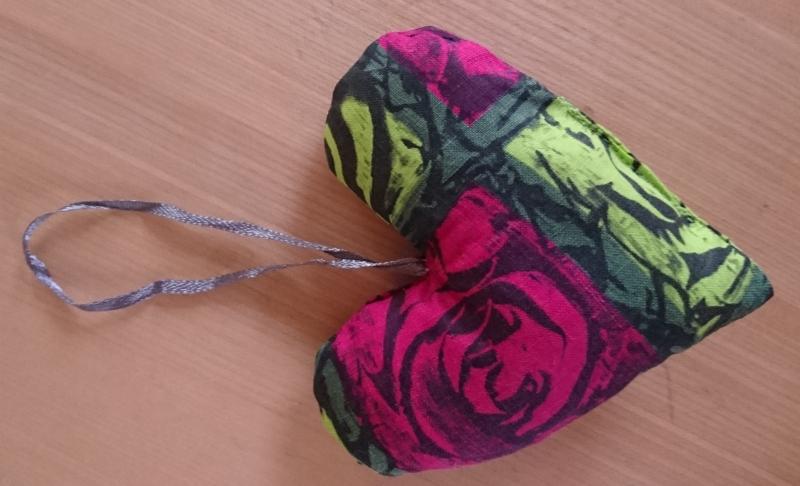 Kleinesbild - Aufhänger Herz genäht aus Baumwollstoffen, grün pink, dezent mit Lavendel gefüllt - Valentinstag kaufen