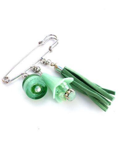 Kleinesbild - Silberfarbige Metall Schal Nadel mit hellgrüne Anhänger aus Perlen und Kunstleder Quaste. Broschenadel für Umschlagtuch, Tuchnadel