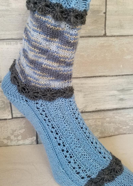 Kleinesbild - handgestrickte Socke , Romantiklook,Hellblau Gr.40/41 Lochmuster