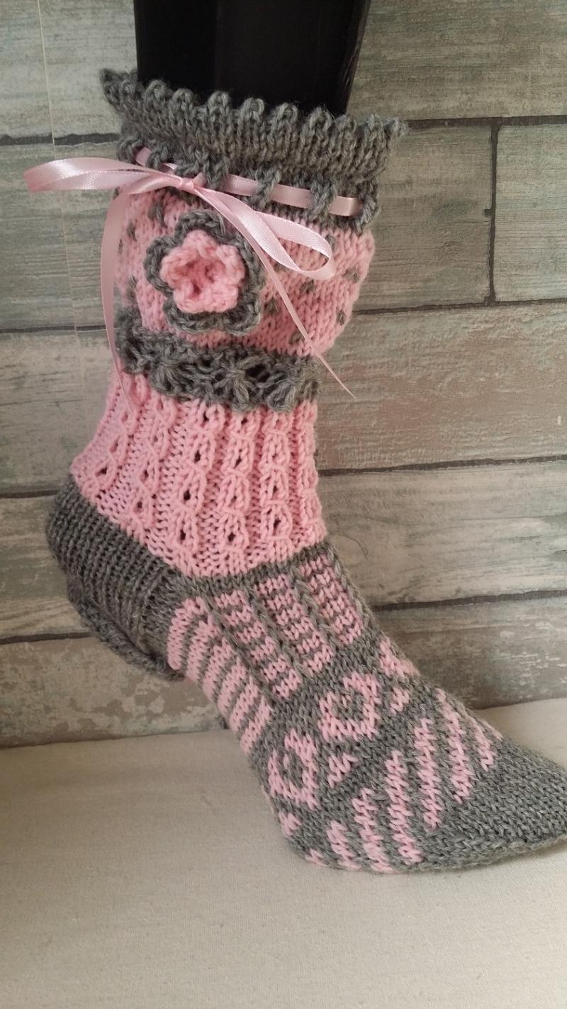 Kleinesbild - handgestrickte Socke Verona , Gr.36/37, Farb und Mustermix, Grau/ hellrosa, Häkelblüte, Satinband