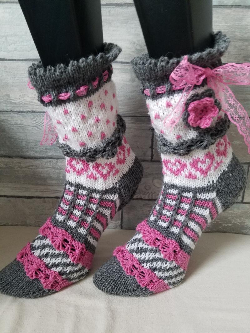 Kleinesbild - handgestrickte Socke Bernadette, Gr.36/37 Farb und Mustermix, grau/ Weiß/ Rosa, Häkelblüte, Spitzenband