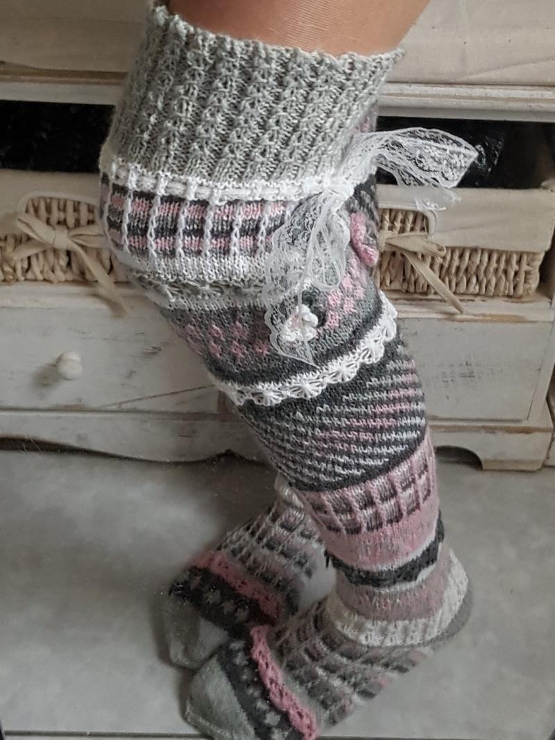 Kleinesbild - handgestrickte Overknees, Gr..38/39  Weiß/ Grau, Rosa Häkelblüten , Spitzenband