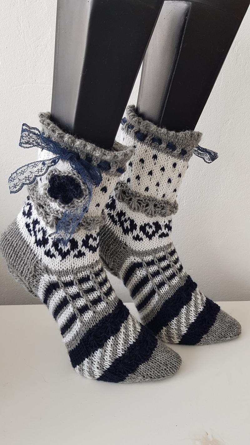 Kleinesbild - handgestrickte Socke Bernadette, Gr.40/41 Farb und Mustermix, grau/ Weiß/ Blau, Häkelblüte, Spitzenband