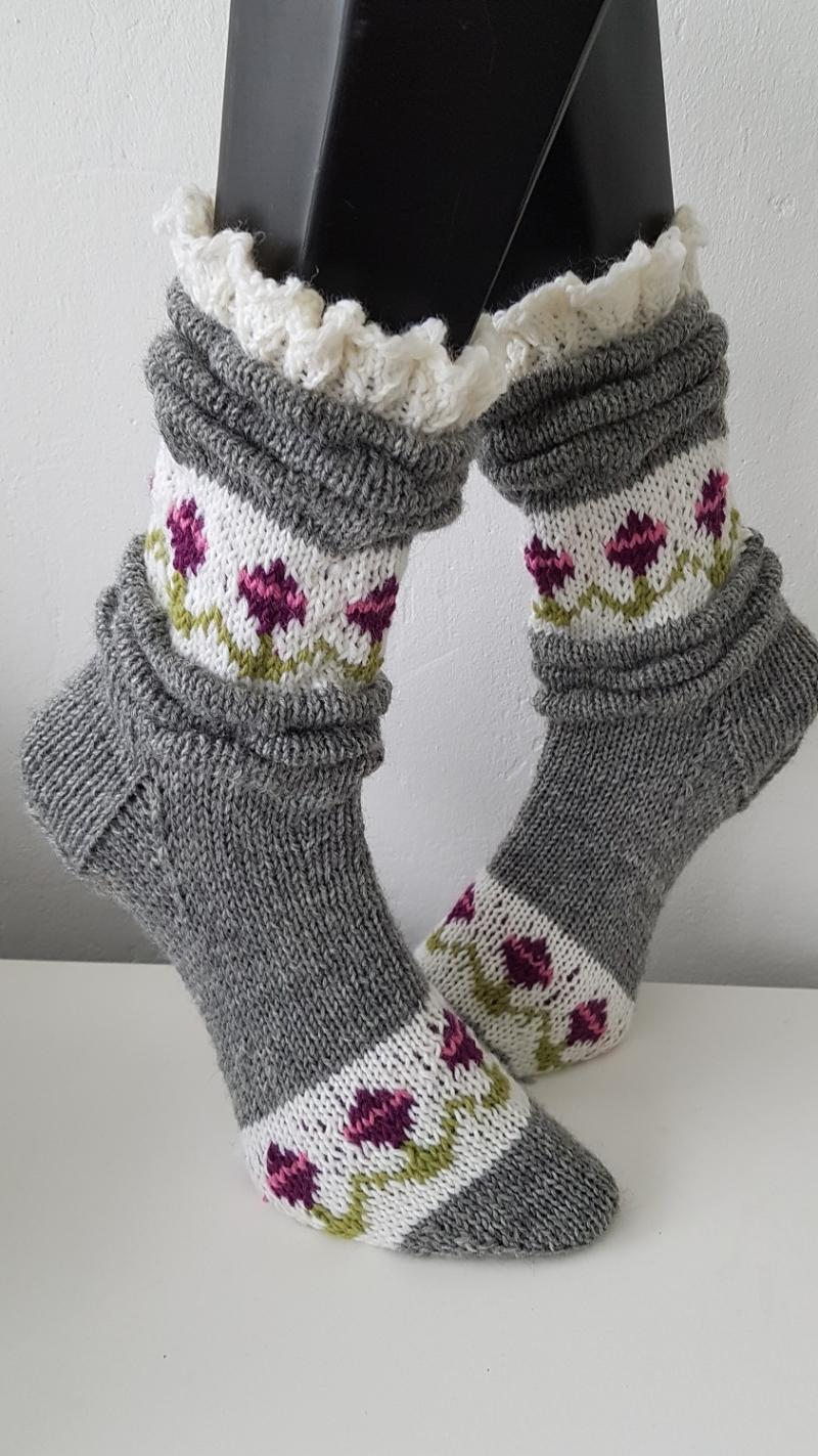 - gestrickte Socke Melissa, Gr. 36/37 Grau, Falten, Rüschen  - gestrickte Socke Melissa, Gr. 36/37 Grau, Falten, Rüschen