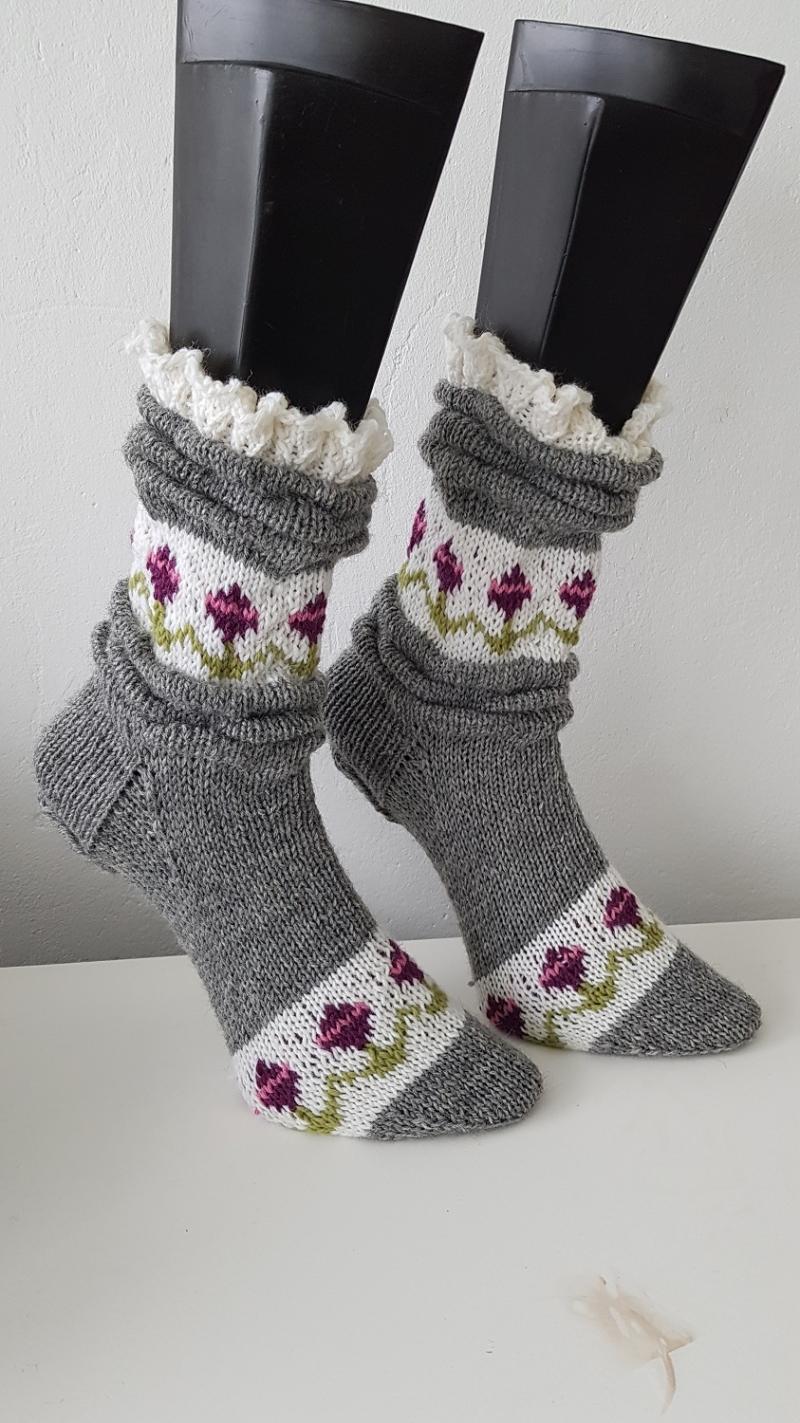 Kleinesbild - gestrickte Socke Melissa, Gr. 36/37 Grau, Falten, Rüschen