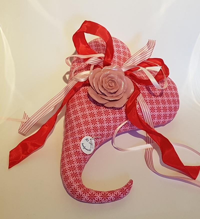 - Handgenähtes Herz aus hochwertigem rosarot gemustertem Baumwollstoff - Handgenähtes Herz aus hochwertigem rosarot gemustertem Baumwollstoff