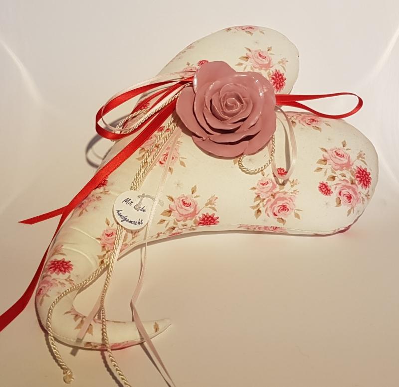 - Genähtes Herz aus mit Rosen gemustertem Baumwollstoff  in zarten Farbtönen - Genähtes Herz aus mit Rosen gemustertem Baumwollstoff  in zarten Farbtönen