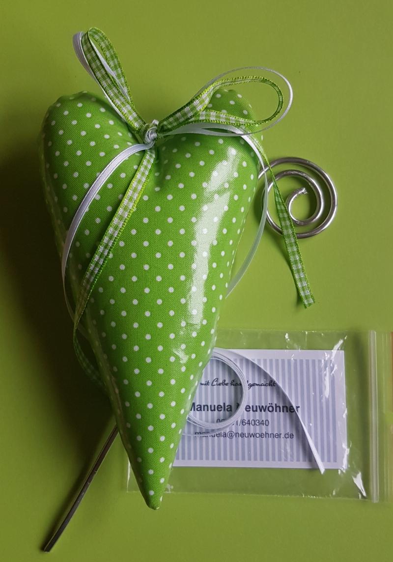Kleinesbild - Liebevoll genähte Herzen aus beschichteter Baumwolle –auch für Gartendeko- in grün mit kleinen weißen Punkten