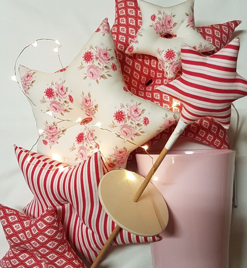 Kleinesbild - genähter Sternenbaum aus Baumwollstoffen in rosa, rot und beige  mit LED-Beleuchtung und Standtopf