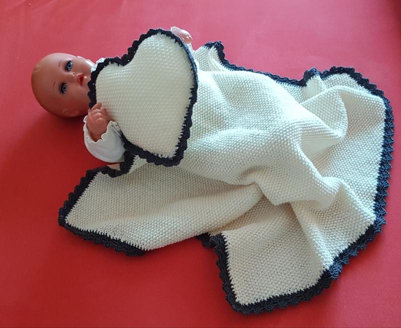 - handgestrickte Babydecke mit Kissen in Herzform in wollweiß und grau umhäkelt --- ein kuscheliges Willkommen - handgestrickte Babydecke mit Kissen in Herzform in wollweiß und grau umhäkelt --- ein kuscheliges Willkommen