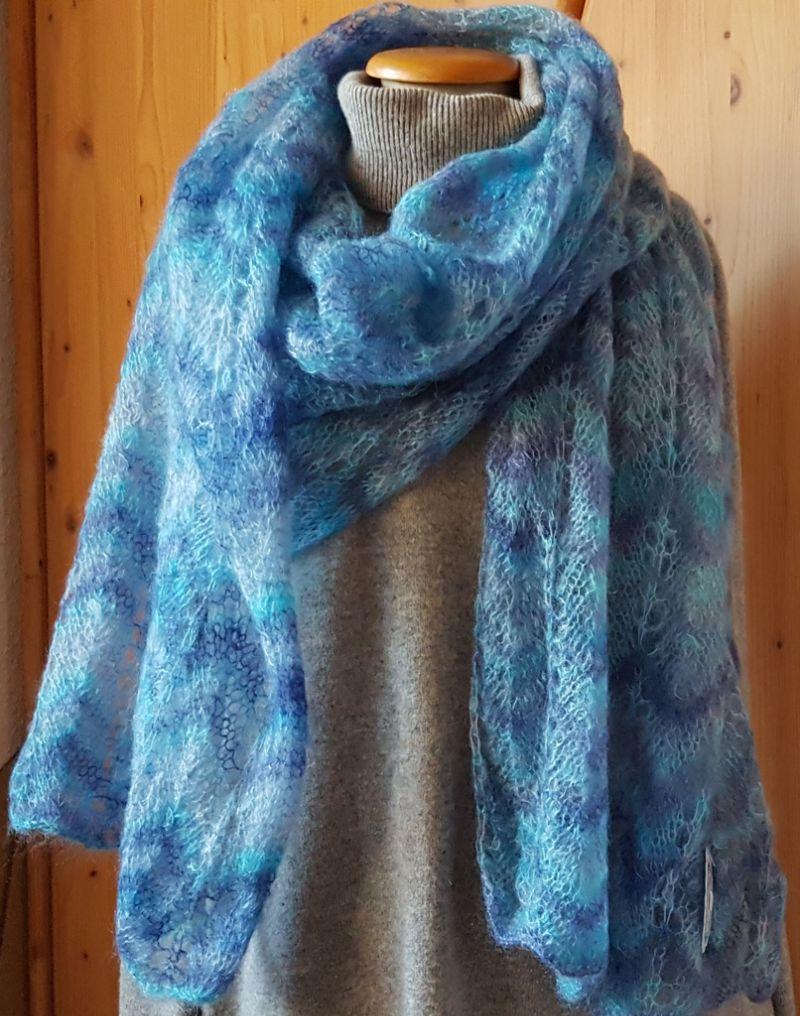 Kleinesbild - handgestrickter Schulterschal  in filigraner Lace Technik in Blautönen - natürlich ein Unikat - ein hochwertiges Geschenk