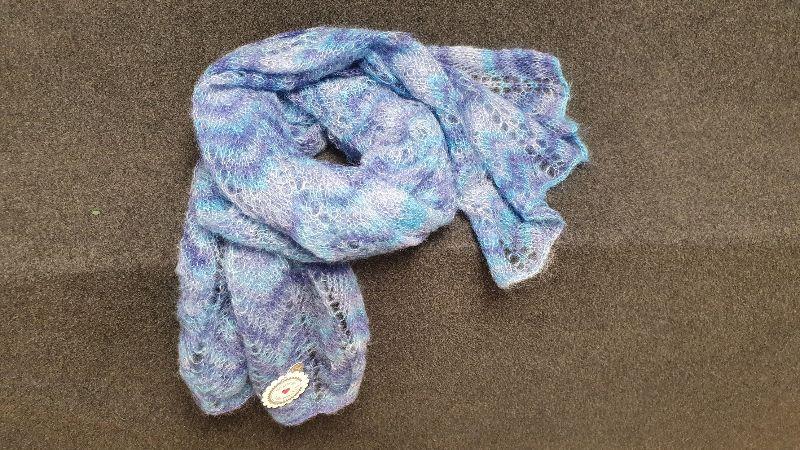 - handgestrickter Schulterschal  in filigraner Lace Technik in Blautönen - natürlich ein Unikat - ein hochwertiges Geschenk - handgestrickter Schulterschal  in filigraner Lace Technik in Blautönen - natürlich ein Unikat - ein hochwertiges Geschenk