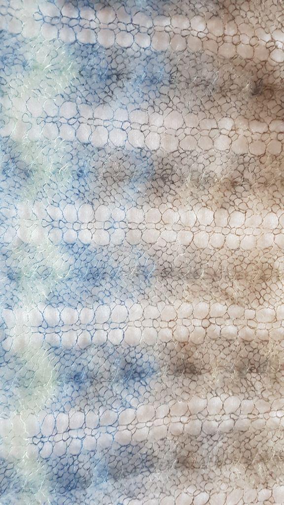 Kleinesbild - handgestrickter federleichter Lace Schal aus hochwertiger Wolle mit einem Farbverlauf in grau, blau und mint