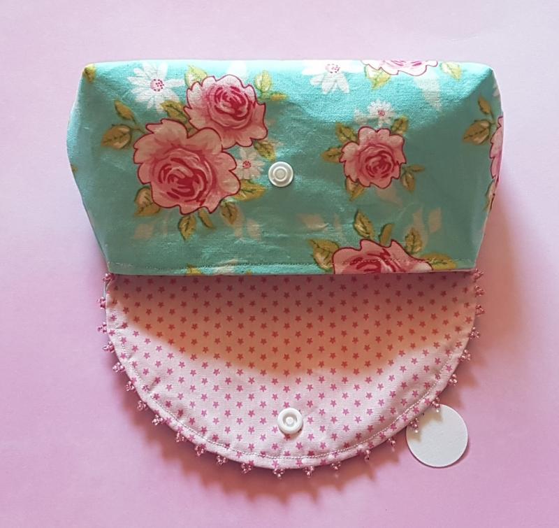 Kleinesbild - Täschchen für viele Kleinigkeiten - genäht aus Baumwollstoff in türkis mit Rosenmuster - verziert mit Perlen