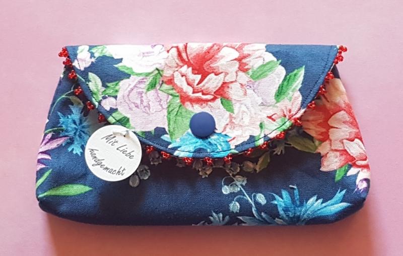 - handgenähtes Täschchen aus dunkelblauem Baumwollstoff mit Blütenmuster und Perlen -Unikat- - handgenähtes Täschchen aus dunkelblauem Baumwollstoff mit Blütenmuster und Perlen -Unikat-