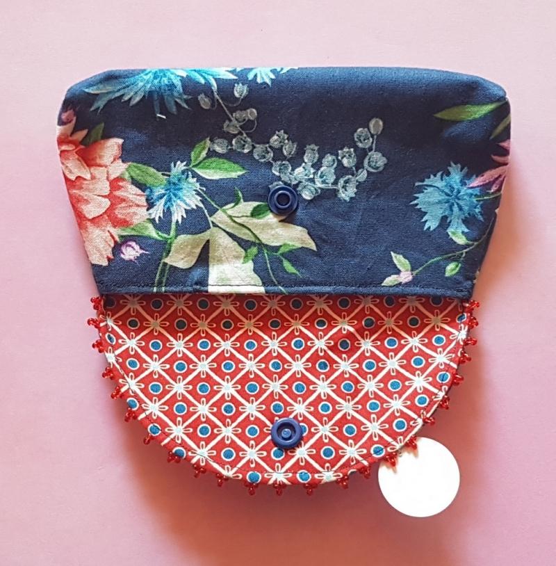 Kleinesbild - handgenähtes Täschchen aus dunkelblauem Baumwollstoff mit Blütenmuster und Perlen -Unikat-