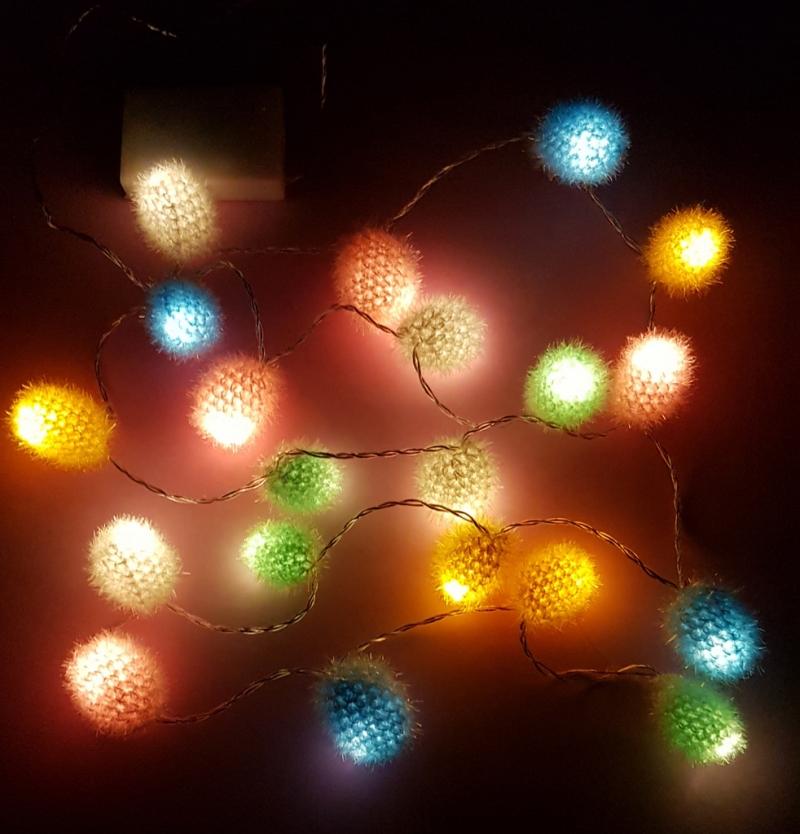 Kleinesbild - LED Lichterkette, Girlande mit zwanzig gehäkelten bunten Kugeln, die leuchten, aus Polyestergarn - schönes Lichtobjekt