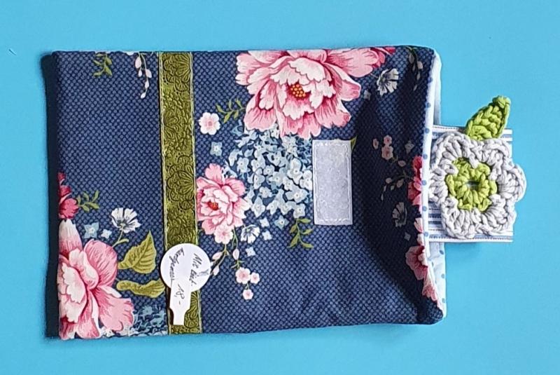 Kleinesbild - genähte e-reader Tasche aus Baumwollstoff mit Blütenmuster und Klettverschluß in blau und rosa - ein tolles Geschenk für Leseratten