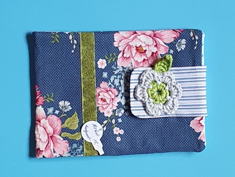 - genähte e-reader Tasche aus Baumwollstoff mit Blütenmuster und Klettverschluß in blau und rosa - ein tolles Geschenk für Leseratten - genähte e-reader Tasche aus Baumwollstoff mit Blütenmuster und Klettverschluß in blau und rosa - ein tolles Geschenk für Leseratten