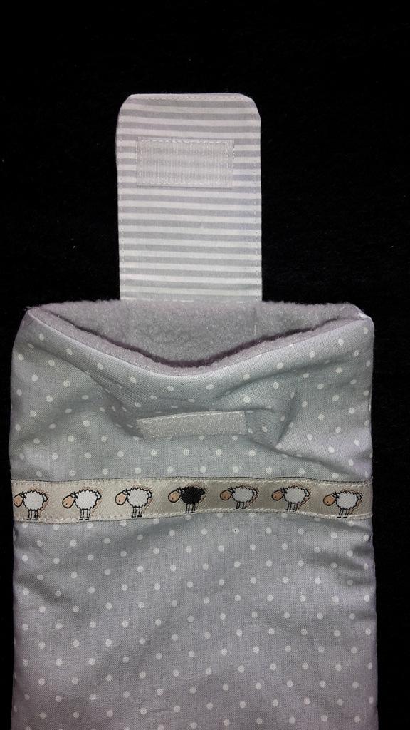 Kleinesbild - genähte e-reader Schutzhülle aus grauem Baumwollstoff mit weißen Punkten und einer Borte mit Schäfchen - dieses Einzelstück ansehen