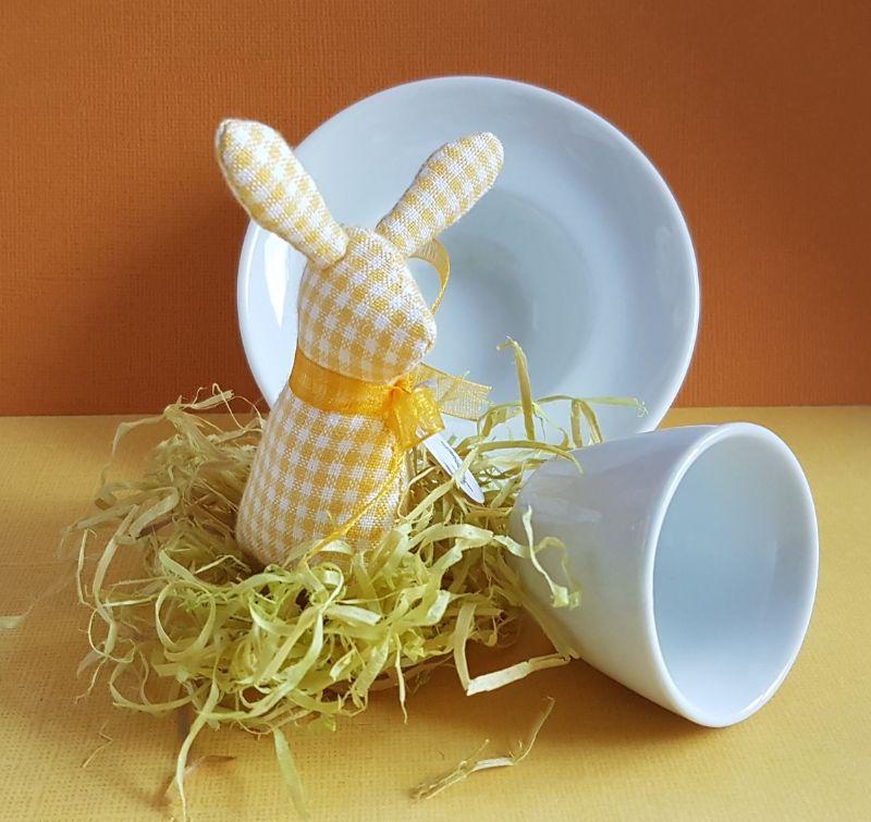 Kleinesbild - genähtes Häschen im Eierbecher - karierter Baumwollstoff in gelb und weiß - liebevolle Handarbeit
