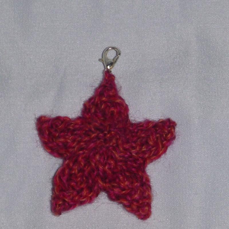- handgestrickter Schlüsselanhänger in Sternenform rot-milliert - handgestrickter Schlüsselanhänger in Sternenform rot-milliert