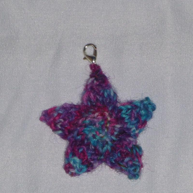 - Handgestrickter Schlüsselanhänger in Sternenform pink/türkis - Handgestrickter Schlüsselanhänger in Sternenform pink/türkis