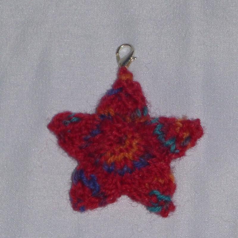 - handgestrickter Schlüsselanhänger in Form eines Sternes - handgestrickter Schlüsselanhänger in Form eines Sternes