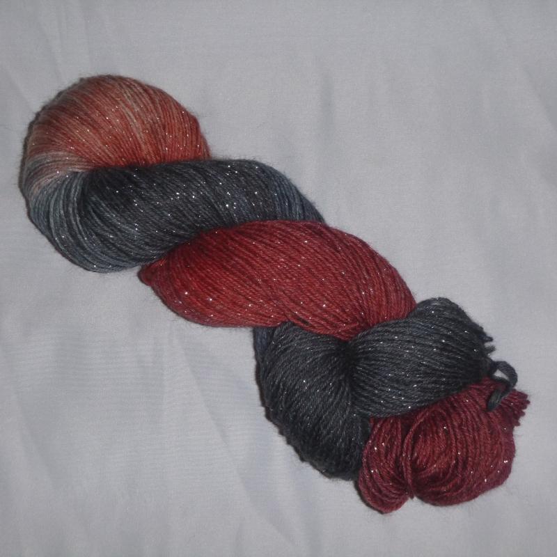 - Handgefärbte Sockenwolle (4-fädig) mit Glitzer in grau rot - Handgefärbte Sockenwolle (4-fädig) mit Glitzer in grau rot