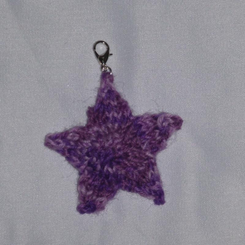 - Handgestrickte Schlüssel-Anhänger in Sternenform lila - Handgestrickte Schlüssel-Anhänger in Sternenform lila