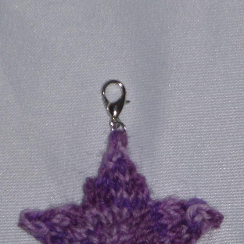 Kleinesbild - Handgestrickte Schlüssel-Anhänger in Sternenform lila