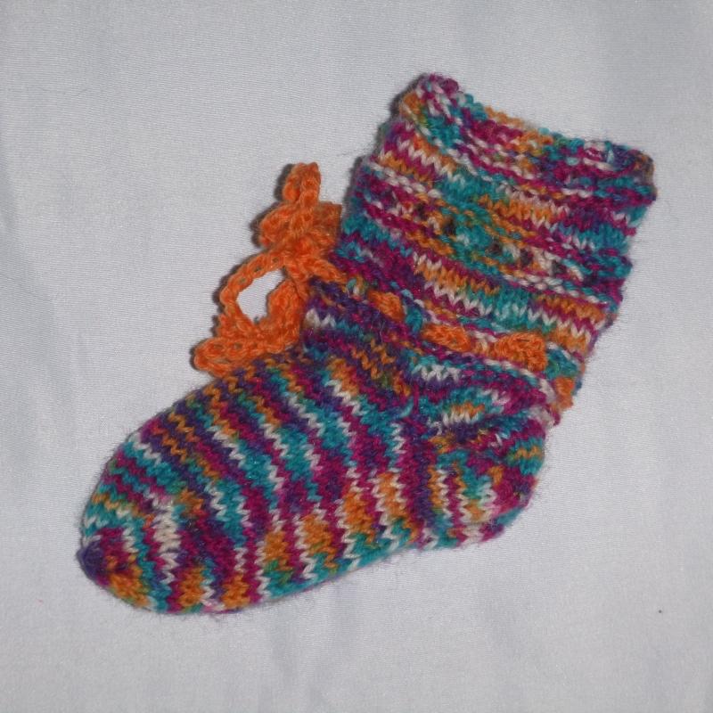 - handgestrickte Baby-Socken mit Binde-Band in  bunt 14/15 - handgestrickte Baby-Socken mit Binde-Band in  bunt 14/15