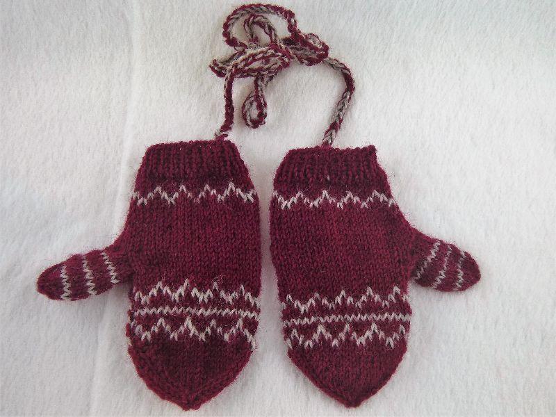 Kleinesbild - Handgestrickte Baby Handschuhe mit dezentem Muster in weinrot/ beige