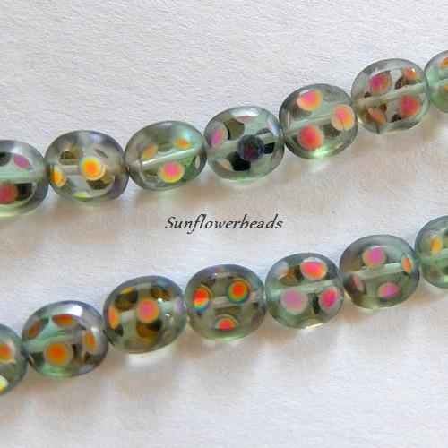 Kleinesbild - 1 Strang (11 Stck.) flache ovale böhmische Glasperlen, hellgrün durchsichtig mit bunt schillernden Tupfen