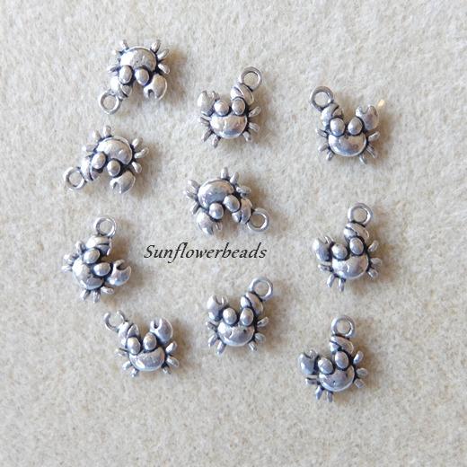 - 10 kleine Metallanhänger Krabbe, silberfarben, Charm, 10 x 10 mm - 10 kleine Metallanhänger Krabbe, silberfarben, Charm, 10 x 10 mm