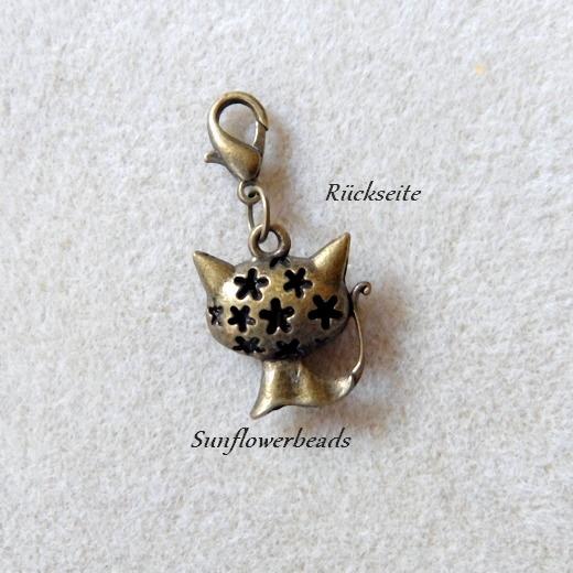 Kleinesbild - 1 Charm Katze, bronze mit Karabiner, Wechselanhänger, Mitbringsel, vorn mit Gesicht, Rückseite mit Sternchen verziert