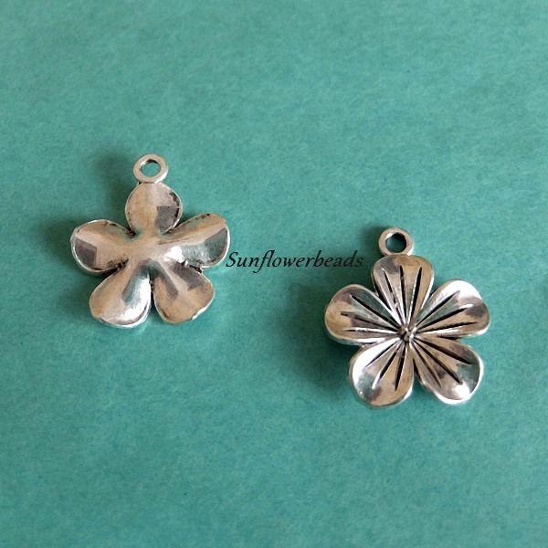 - 5 silberne Blütenanhänger aus Metall, Metallblüte - 5 silberne Blütenanhänger aus Metall, Metallblüte