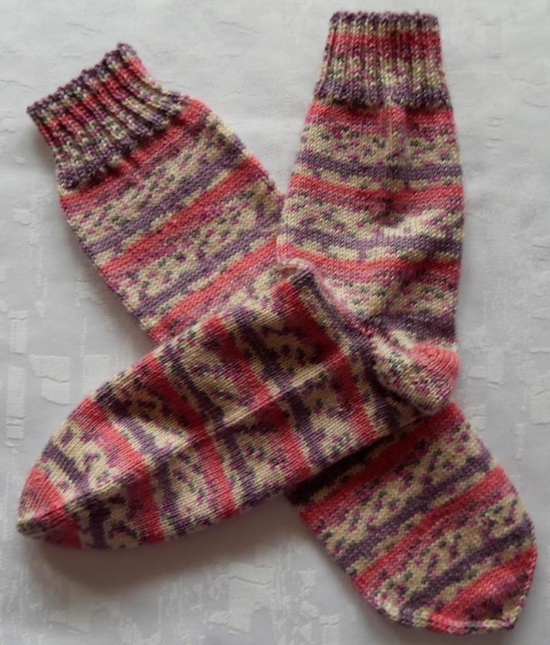 - handgestrickte Socken Gr. 37-39 in rosa/lila gemustert - handgestrickte Socken Gr. 37-39 in rosa/lila gemustert